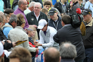 Rory_McIlroy_signs_autograph